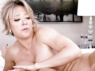 Attractive Cougar Syren De Mer Goes Girl-on-girl And Luvs Slurping Humid Coochie