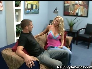 Huge-boobed Blonde Amber Lynn Attempts To Entice Fresh Hump Playmate